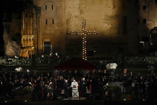 Na tradičnej krížovej ceste v Ríme sa zúčastnil aj pápež.