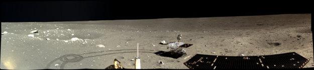 Časť 360 stupňovej panorámy, ktorú odfotil pristávací modul tri dni po pristátí. Na ľavej strane je kráter s priemerom dvadsať metrov.