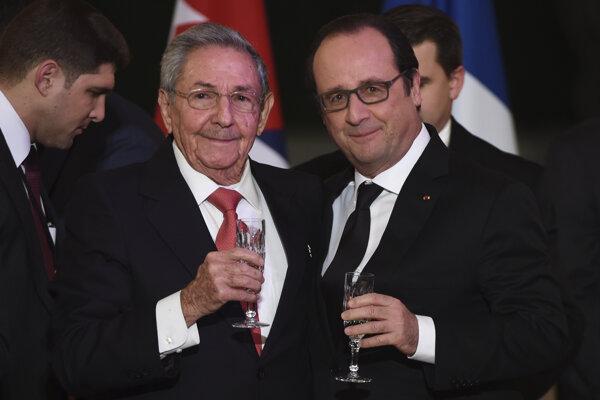 Francúzsky prezident Francois Hollande (vpravo) a kubánsky prezident Raúl Castro si pripíjajú počas štátnej večere v Elyzejskom paláci v Paríži.