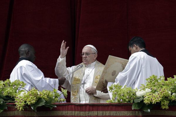 Pápež František počas udelenia požehnania Mestu a svetu (Urbi et orbi) na Veľkonočnú nedeľu z balkóna na Námestí Sv. Petra vo Vatikáne.