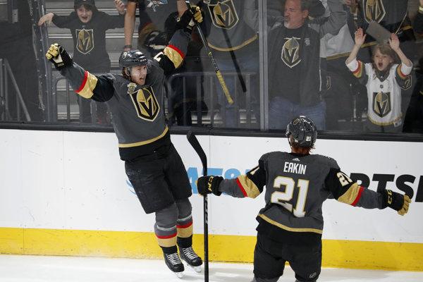 William Karlsson (vľavo) v drese Vegas Golden Knights.