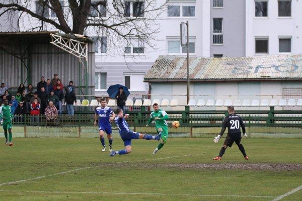 Z tejto akcie striedajúci Švajda síce skóroval, ale gól neplatil pre postavenie mimo hry.Nové Zámky zdolali Belušu 1:0.