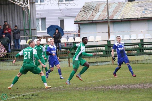 Na loptu číha Patrick Kingambo Body autor rozhodujúceho gólu v zápase Nové Zámky - Beluša.