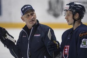 Dávid Bondra (vpravo) počúva pokyny reprezentačného trénera Craiga Ramsayho.