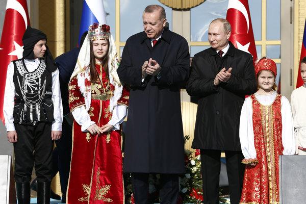 Ruský prezident Vladimir Putin (vpravo) na návšteve v Turecku s prezidentom Recepom Tayyipom Erdoganom.