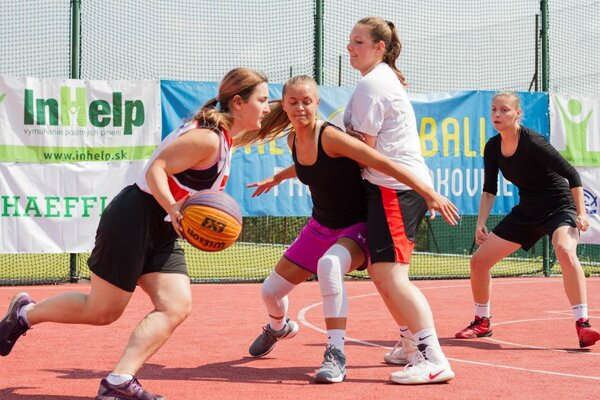 Na turnajoch súťažia ženy, muži aj mládež.