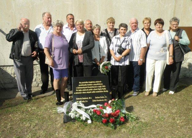 Pri odhalení pamätnej tabule sa stretli príbuzní obetí a ľudia, ktorí tragédiu prežili na vlastnej koži.