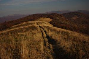 Nádherný úsek hrebeňa Bukovských vrchov pod vrcholom Jarabej skaly, v pozadí poľské Bieszczady.