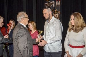 Predseda OATJK Šaľa Ľudovít Marinčák odovzdáva ocenenie kapitánovi HKM Šaľa Petrovi Dudášovi.
