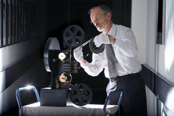 Michael Harvey, kurátor kinematografie v Národnom múzeu médií v Bradforde, pracuje so starým farebným projektorom pri znovuobjavení viac ako 100 rokov starých pohyblivých kolorovaných filmov z archívu múzea.