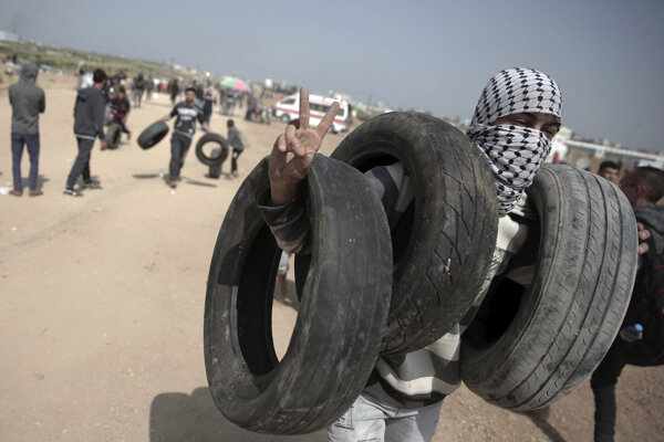 Demonštranti zapaľovali pneumatiky.
