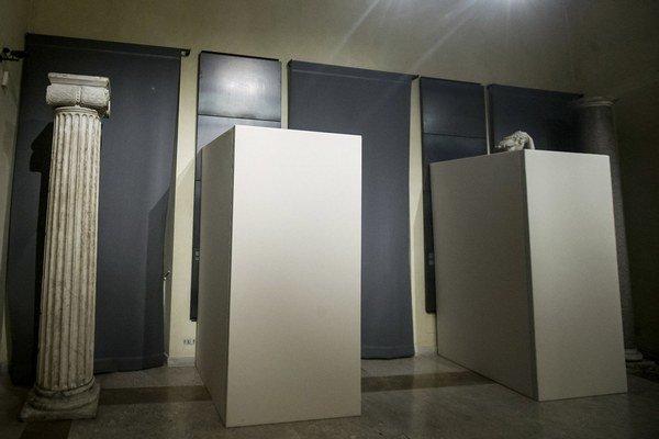 Zakryté sochy počas návštevy iránskeho prezidenta v Ríme.