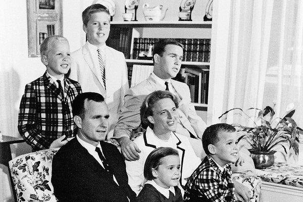 Rodina Bushovcov v roku 1964: Za rodičmi stoja odľava Neil, Jeb a George junior.