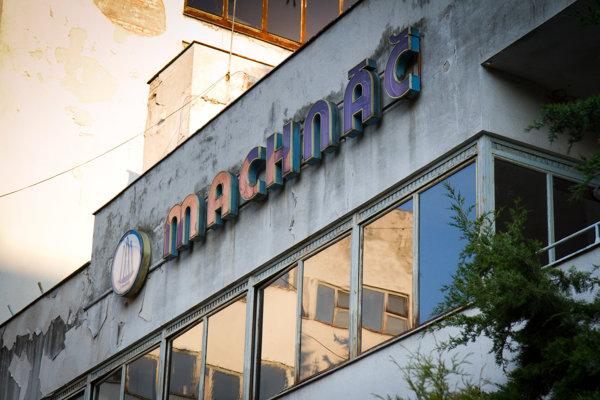 Chátrajúca budova bývalého liečebného domu Machnáč v Trenčianskych Tepliciach na fotografii z roku 2015.