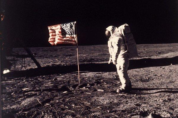 Konšpirácie sa šíria aj okolo pristátia na mesiaci.