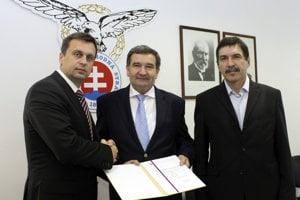 Zľava predseda SNS Andrej Danko, Ľubomír Žabár a Jaroslav Ridoško.