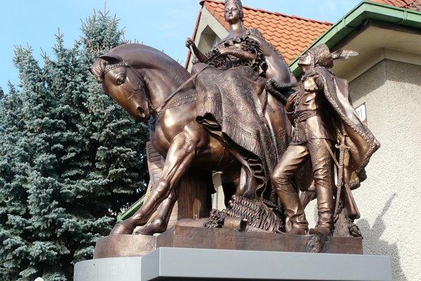 Súsošie je dvojtretinovou kópiou pôvodnej sochy.