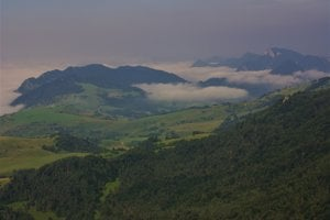 Pohľad z vrcholu na centrálnu časť Pienin, dominujú Try Koruny a Haligovské skaly.