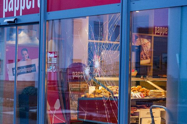 Poškodené sklo pekárne po útoku afgánskeho utečenca vo Fulde.