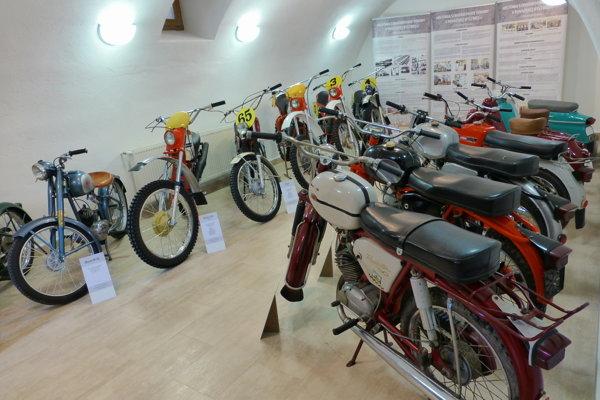 Výstava starých motocyklov, ktoré vyrábali vbývalých Považských strojárňach.