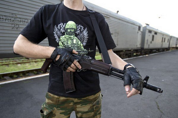 Telá vo vagónoch strážia ozbrojenci.