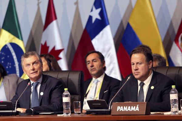 Argentínsky prezident Mauricio Macri (vľavo).