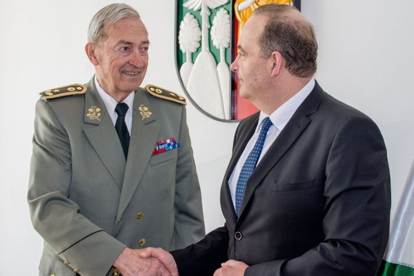 Brigádny generál vo výslužbe Ivan Čierny (vľavo) aprimátor Čadce Milan Gura.