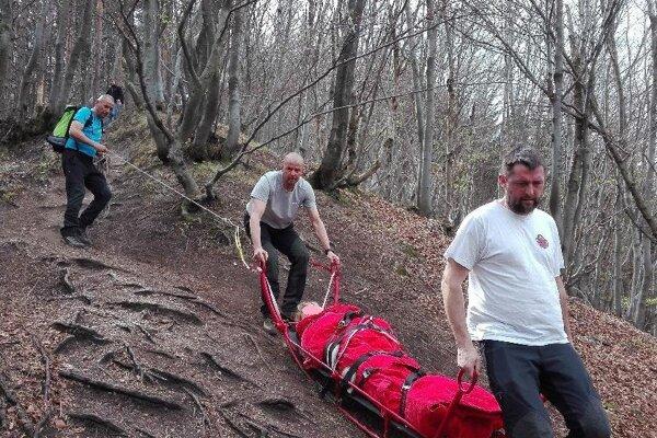 Náročný zostup so zranenou turistkou z rozhľadne na Špičáku.