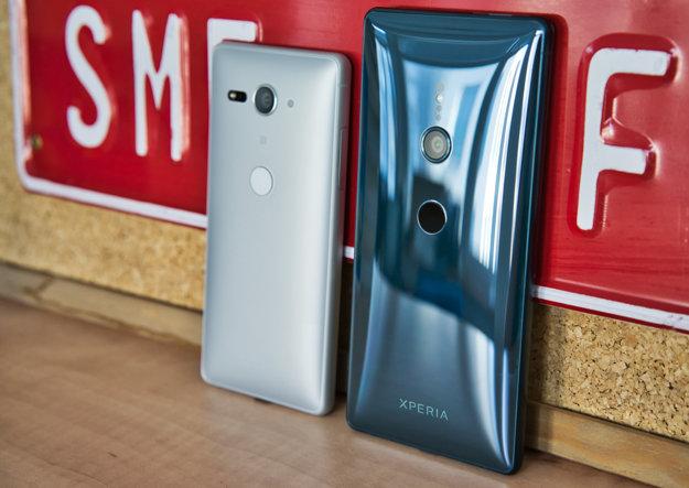 Na ľavej strane je pre porovnanie Xperia XZ2 Compact, vybavená 5
