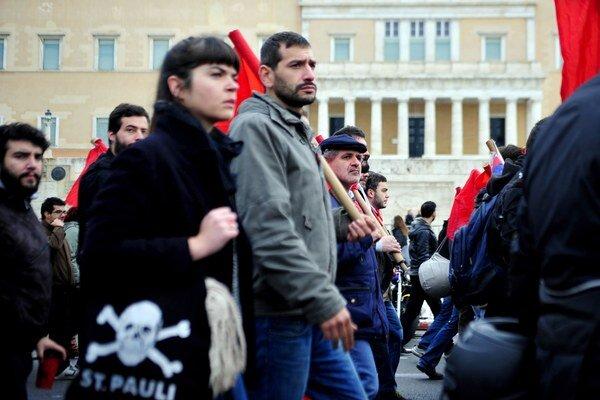 Dvoje najväčších odborov zvolali Grékov do ulíc, aby protestovali proti tvrdým škrtom vlády.
