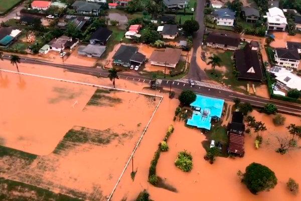 Silné dažde a následné záplavy spôsobili rozsiahle škody na severnej aj južnej časti ostrova Havaj.