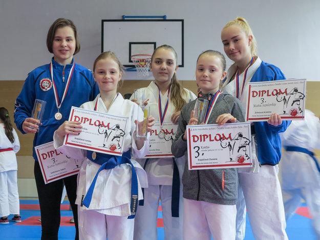 Zľava: Adela Sadloňová, Lenka Kopáčová, Ema Dvorská, Zuzana Kopáčová, Kristína Zríniová.