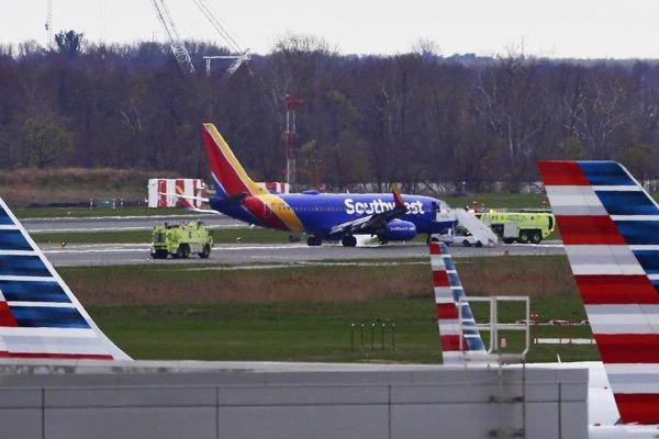 Poškodené lietadlo núdzovo pristálo vo Filadelfii.
