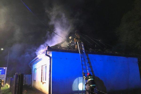 Na mieste zasahovali hasiči i dobrovoľníci.