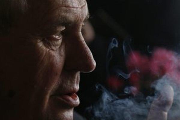 Kandidát na českého prezidenta Miloš Zeman fajčí pred začiatkom televíznej debaty v Prahe.