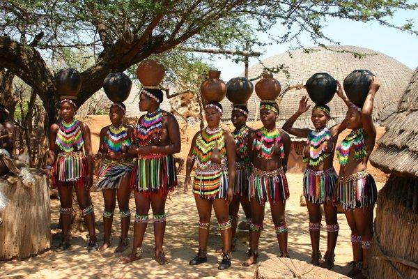 Svazijské ženy v tradičnom oblečení.