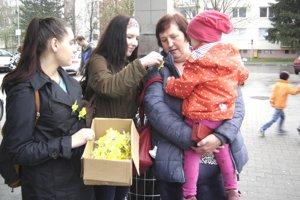 Dobrovoľníci počas zbierky Dňa narcisov.