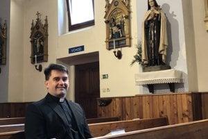 Na snímke farár farnosti Obišovce Michal Harakaľ v kostole Ružencovej Panny Márie v Obišovciach.