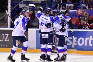 Slovenskí hokejisti sa radujú po góle Martina Fehérváryho.