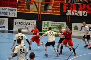 Pov. Bystrica (v červenom) prvý zápas s Topoľčanmi nezvládla.