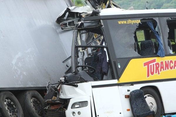 Na R1 pri Banskej Bystrici sa zrazil autobus s kamiónom