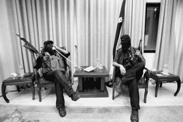 Ozbrojenci Hamasu si robia pohodlie v kancelárii palestínskeho prezidenta.