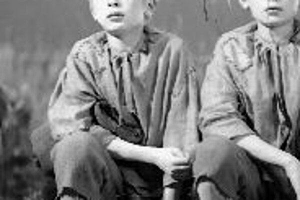 Lech a Jaroslaw Kaczynski v roku 1962 vo filme Tí dvaja, čo ukradli Mesiac.