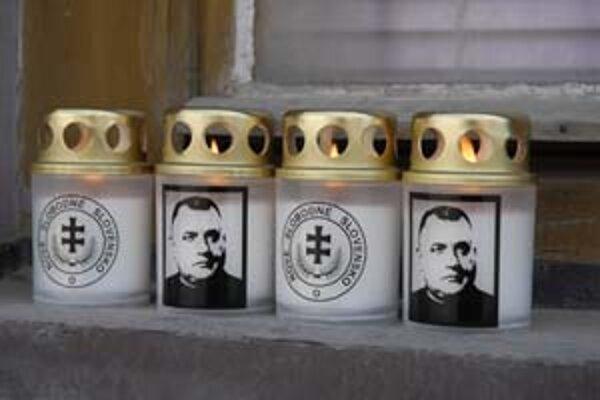 Špeciálne sviečky, ktoré horia pri rodnom dome Jozefa Tisa v Bytči.