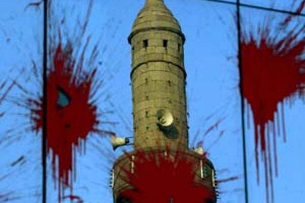 Odraz minaretu na vládnej budove v Prištine, ktorú farbou zahádzali ľudia nespokojní s rokovaniami so Srbskom.