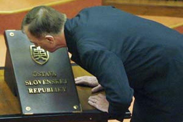 Jozef Rydlo po zložení poslaneckého sľubu pobozkal slovenskú ústavu.