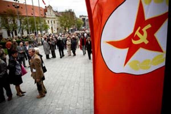 Ľudia ľahko zabúdajú, politici im to chcú ešte viac uľahčiť. Oslavy 1. mája v Bratislave.