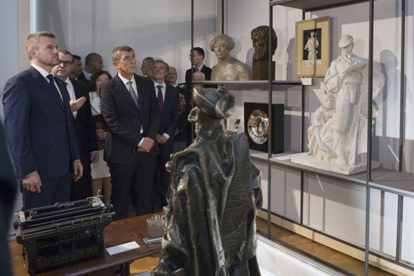 Zľava slovenský predseda vlády Peter Pellegrini a český predseda vlády Andrej Babiš  počas prehliadky  Česko-slovenskej/Slovensko-českej výstavy na Bratislavskom hrade.