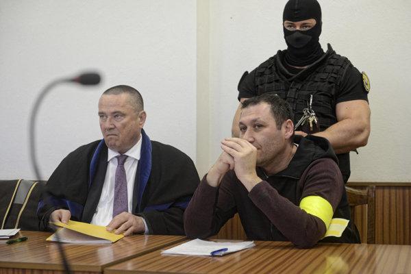 Antonino Vadala na košickom súde pri rozhodovaní o vzatí do vydávacej väzby. vľavo jeho obhajca Jaroslav Homza.
