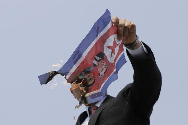 Aktivista páli severokórejskú zástavu.